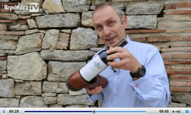AAA cercasi apri bottiglia: aprire una bottiglia con una scarpa