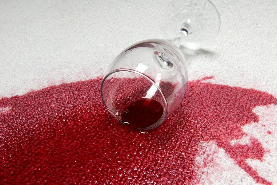 Smacchiare via le feste: 5 segreti della nonna contro le macchie di vino